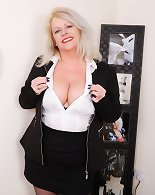 BBW mature lady loves playing herself